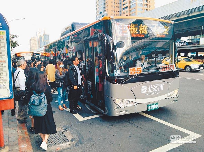 公車智慧化,搭公車越來越便利。(本報資料照片)