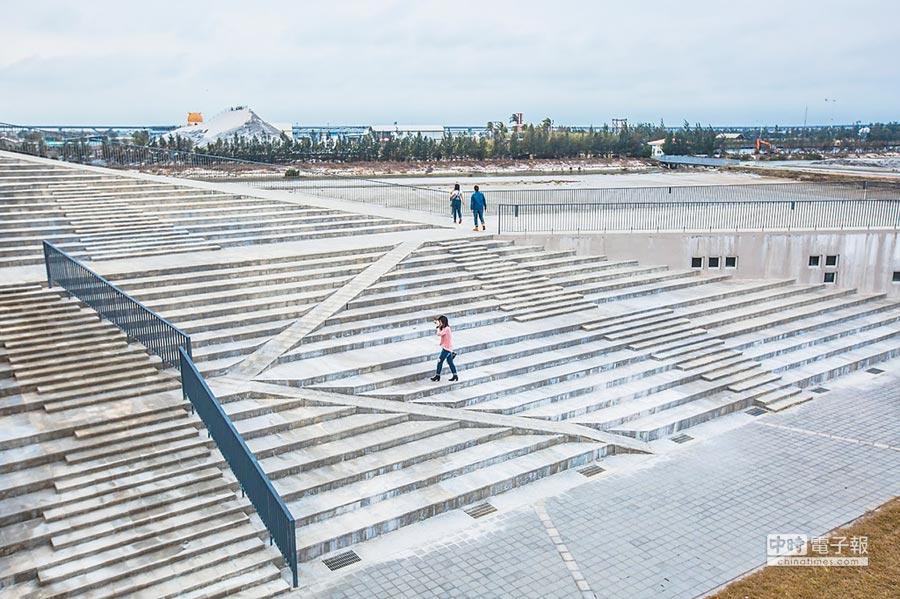 七股遊客中心建築造型特殊。(雲嘉南濱海國家風景區管理處提供)