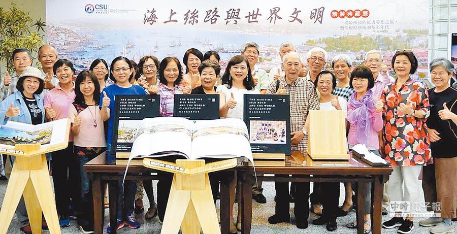 正修科大學圖書資訊處在母親節前夕,舉辦「樂齡悅讀日」活動。(林雅惠攝)