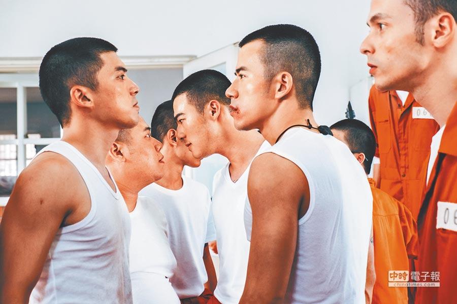 JR(右)和林哲熹(左)在電影《樂獄》針鋒相對。
