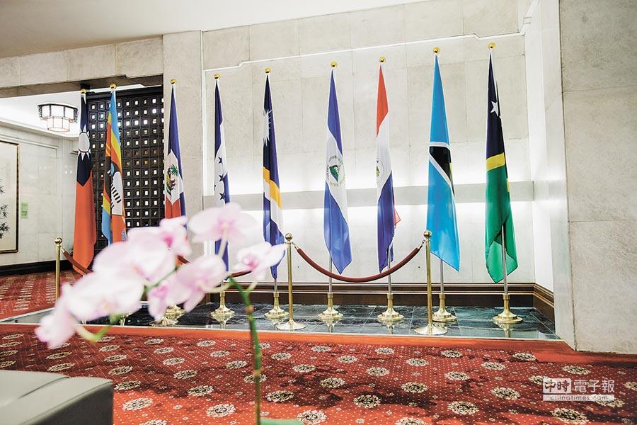 外傳索羅門群島新總理蘇嘉瓦瑞考慮與我斷交。右一為外交部內的索羅門群島國旗。(本報系記者郭吉銓攝)