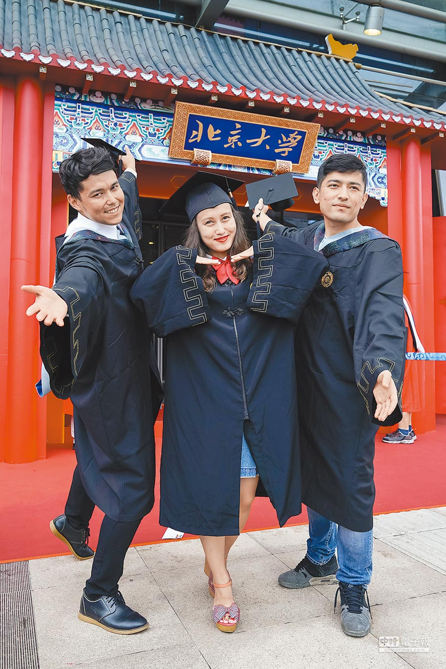 北京大學畢業典禮,畢業生合影留念。(新華社資料照片)