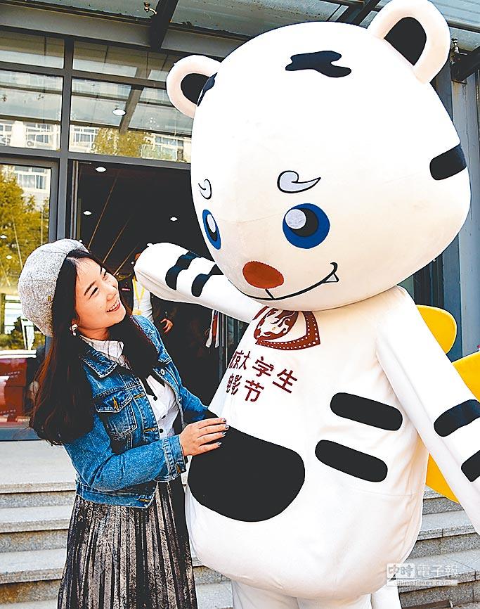4月7日,北京大學生電影節吉祥物與觀眾互動。(新華社)