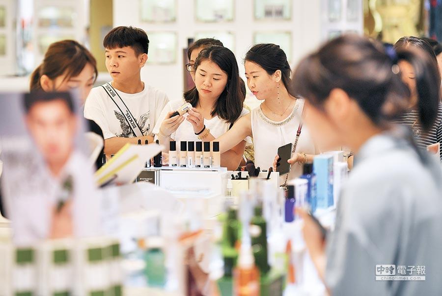 顧客在海口某商場免稅店選購保養品。(新華社資料照片)