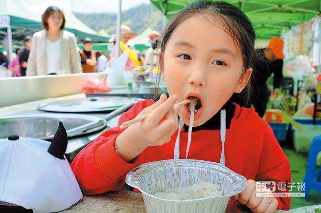 一名小朋友在浙江美食賽中品嚐美食。(中新社資料照片)