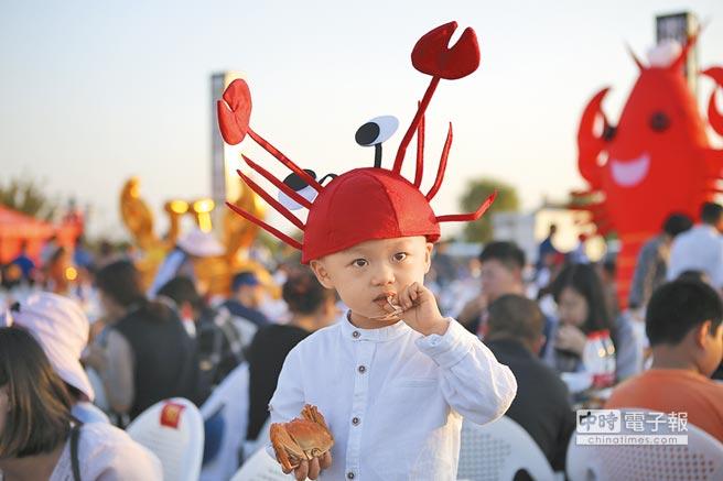 江蘇一名小朋友在享用螃蟹。(新華社資料照片)