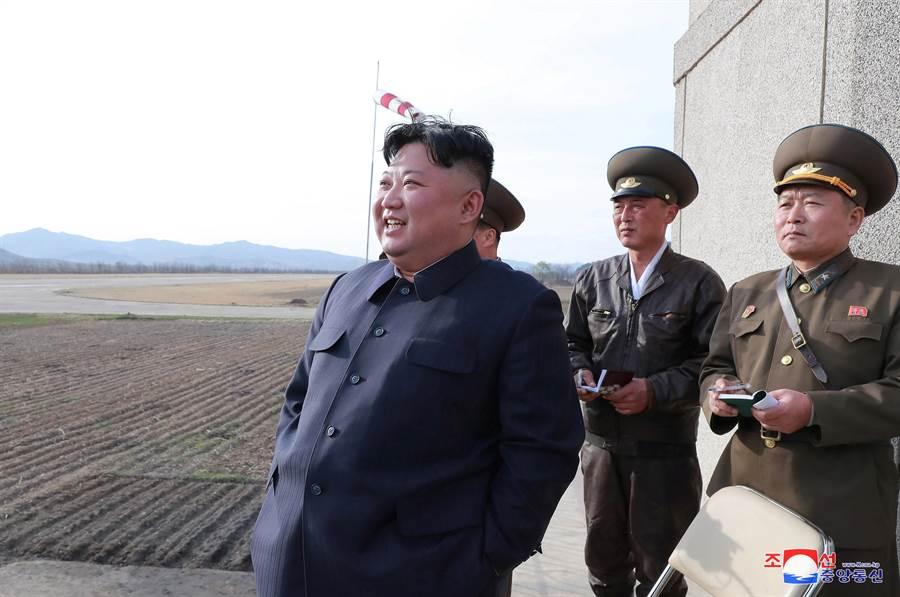 韓聯社報導,南韓聯合參謀本部表示,北韓於4日上午9點於虎島半島一帶朝東發射型號不詳的短程導彈。圖為金正恩上月17日前往北韓國防科學院視察「新型戰術導向武器」試射。(路透社)