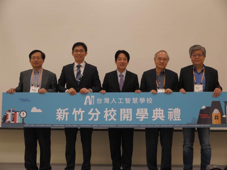 賴清德(中)4日參加台灣人工慧學校新竹分校第3期的開學典禮,以具體行動支持台灣人工智慧的發展。(陳育賢攝)