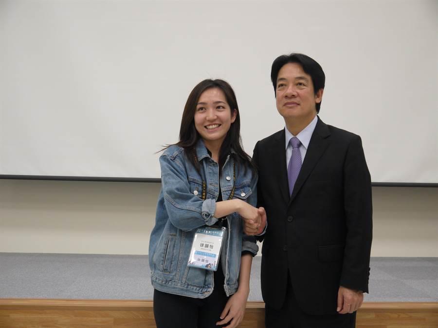 賴清德今天上午參加台灣人工智慧學校新竹分校開學典禮,與科技經理人、工程師互動愉快,科技人在賴清德要離開前還大排長龍爭相合照。(陳育賢攝)
