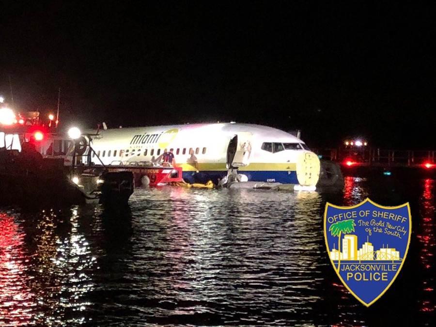 美國3日晚一架載有136人的波音737飛機在降落時衝出跑道並墜入河內,目前傳無死但有多人受傷。(圖取自JSOPIO推特)
