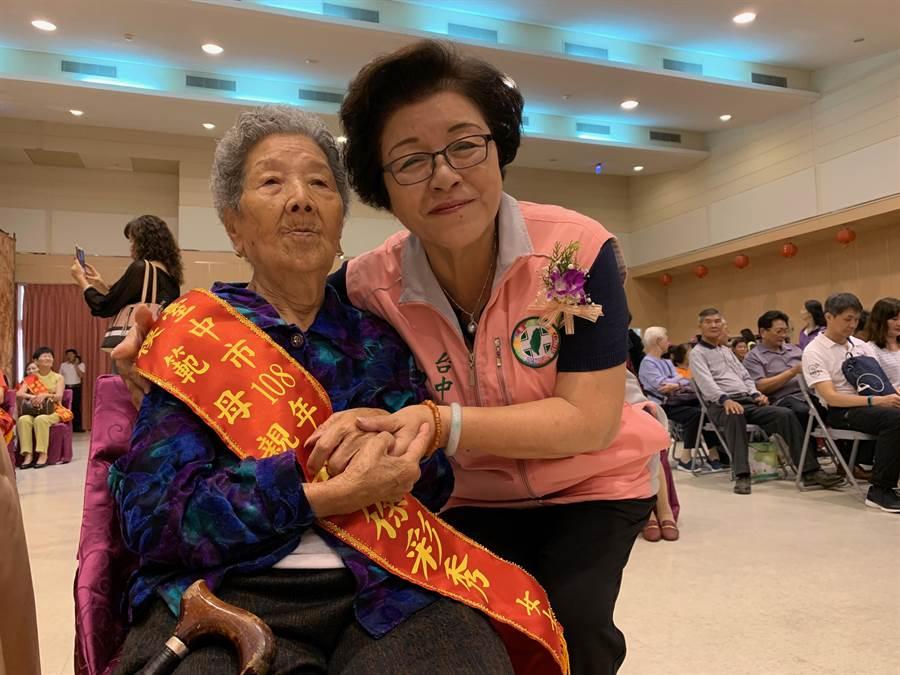 台中市南區公所舉辦模範母親表揚活動,表揚包括國光里戴明珠等27位模範母親,市議員邱素貞也特別祝她母親節快樂。(馮惠宜攝)