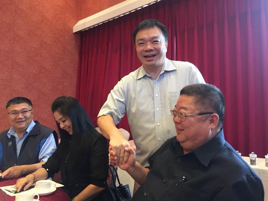 高思博與大台南市政倡議發展聯盟會員逐一握手。(曹婷婷攝)