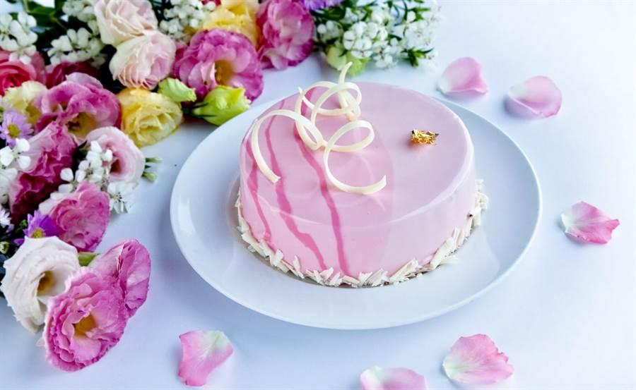 美崙大飯店推出的母親節蛋糕「紅粉野莓鏡面蛋糕」。(張祈翻攝)