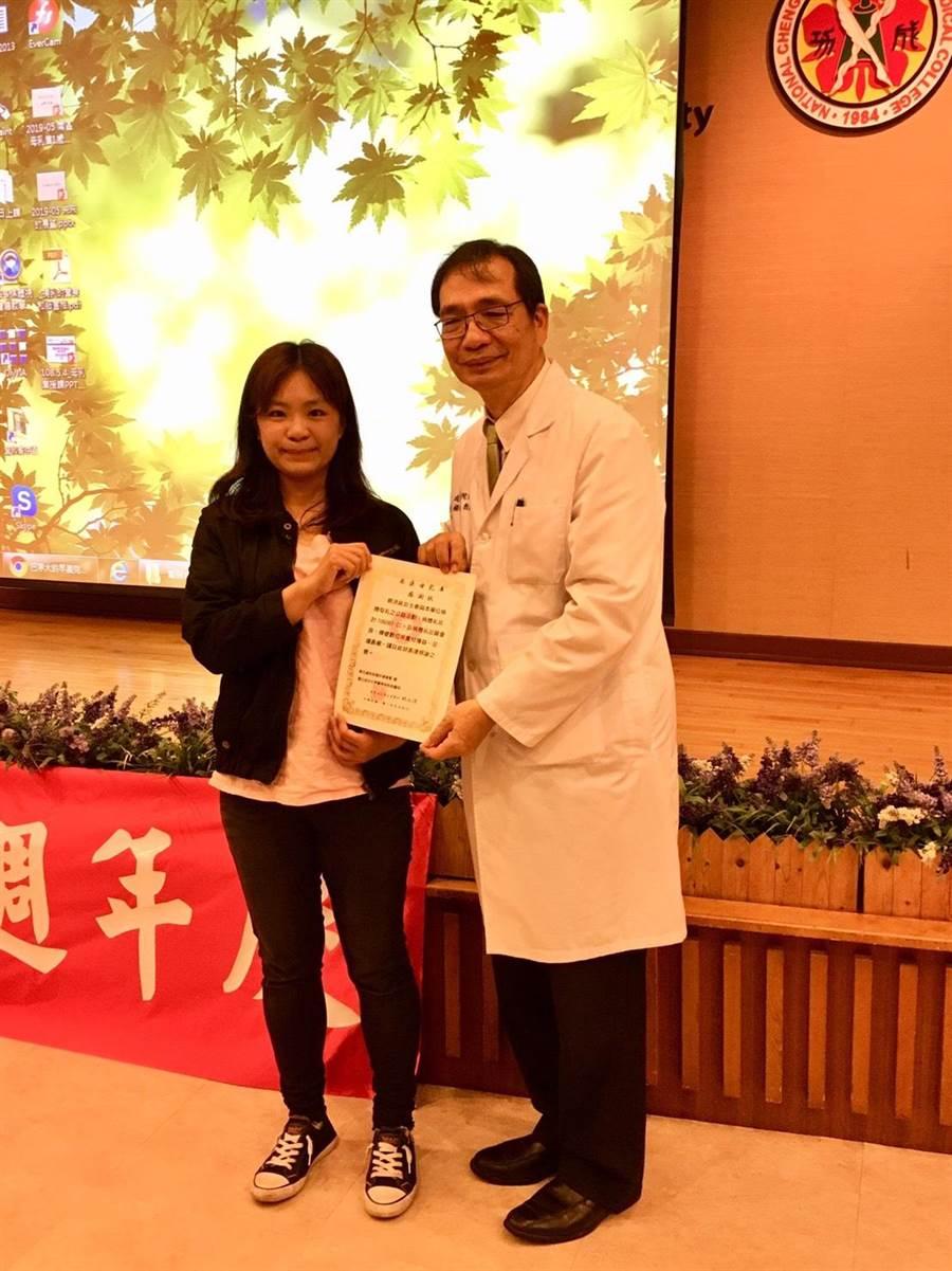 蔡媽媽捐乳超過10萬CC,成為南區母乳庫的捐乳冠軍媽媽,成大醫院院長楊俊佑頒感謝狀。(成大醫院提供)