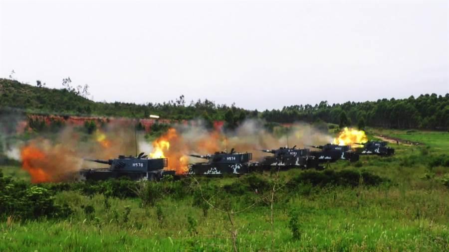 解放軍海軍陸戰隊兩棲裝甲車2016年11月運用強大火力,支援陸戰步兵前進的資料畫面。(中新社)