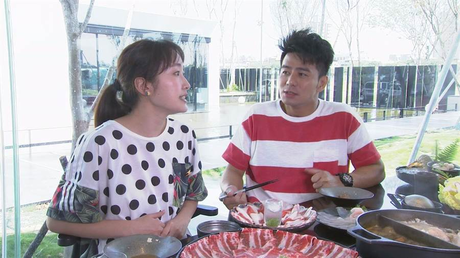 郭彥均(右)、巴鈺主持中天《來去CHECK IN》,介紹全台旅宿、美食。(中天提供)
