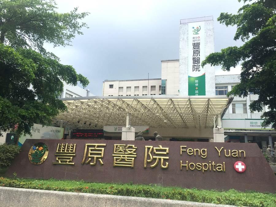 衛服部豐原醫院傳出有不明人士在院外推銷昂貴中藥,1名老婦掏出數萬元買了3盒藥材。(王文吉攝)