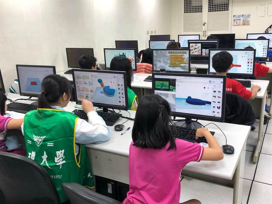 真大資工師生協助孩童3D列印學習。(真理大學提供)