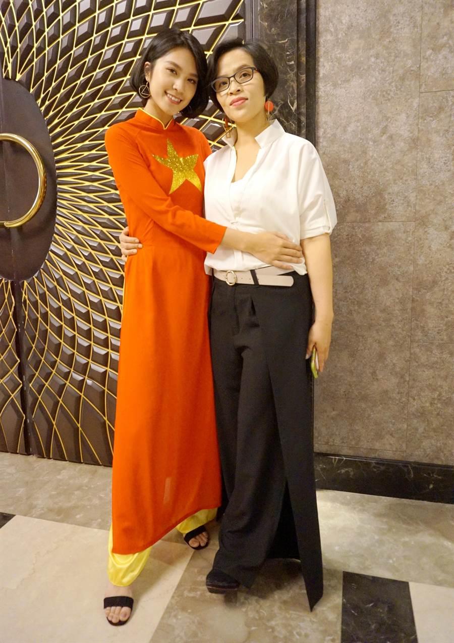 來自越南的范氏鸞(右)與女兒洪于崴(左)外型亮眼,洪于崴還曾是模特兒兼演員,不過演藝工作要暫時畫下句點,要先完成大學學業。(甘嘉雯攝)