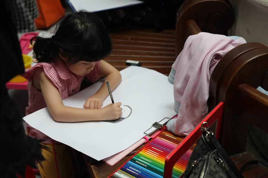 童醫院以「健康美麗!媽媽我愛您」為主題,希望讓孩子畫出母親的健康與美麗或感謝之心意。(陳世宗翻攝)