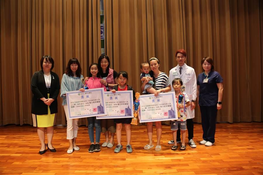 比賽經過憑審後,每一組都有五個小朋友獲獎,分別獲得獎盃、獎狀與禮券。(陳世宗翻攝)