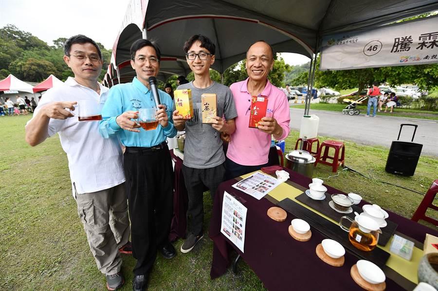 魚池鄉「日月潭紅茶」品質優,茶農葉瑞綿(右)父子另製白茶,品質讓人驚豔,應邀參加「農萊市集」受好評。(沈揮勝攝)