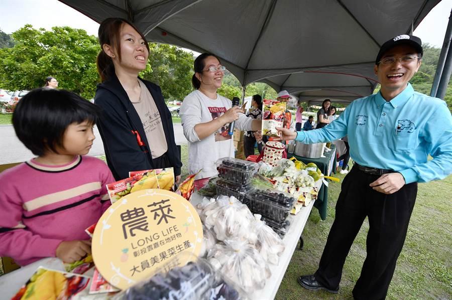 水保局南投分局長陳榮俊(右)大力推薦「農萊陣線」與「山守現協進會」,跨6市縣、22個優良成員所研發製作的優質好物。(沈揮勝攝)