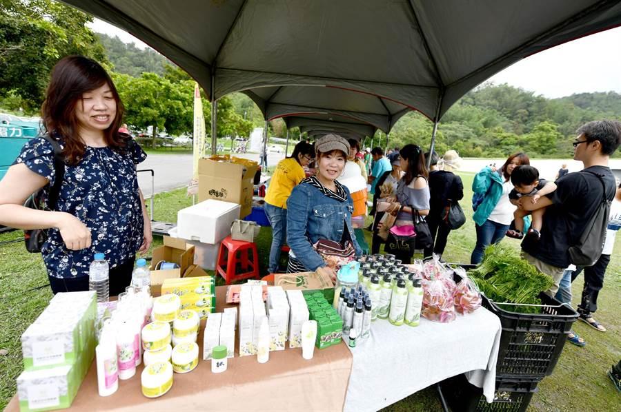 日月潭在地的「頭社活盆地」金銀花製品與茶樹精油頗受歡迎。(沈揮勝攝)
