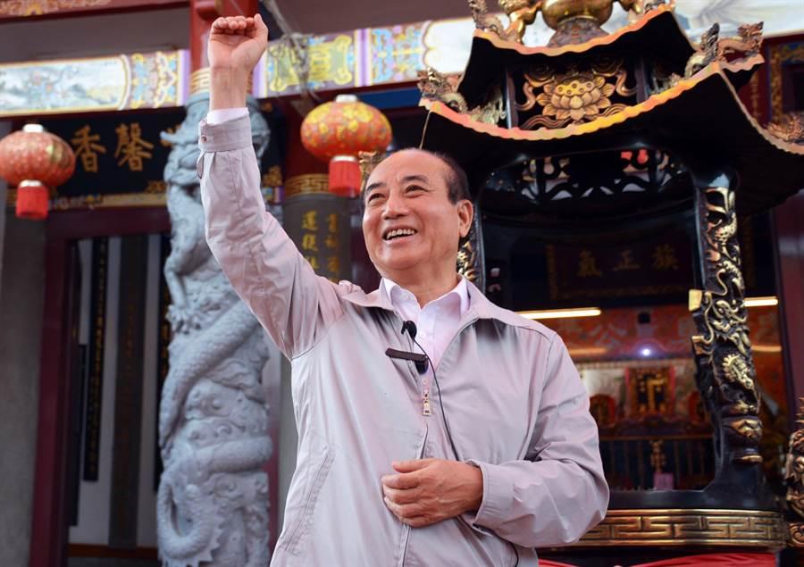 前立法院長王金平參加六堆客家鄉親金平之友會成立,支持者高喊凍蒜,讓他開心揮手回應。(林和生攝)