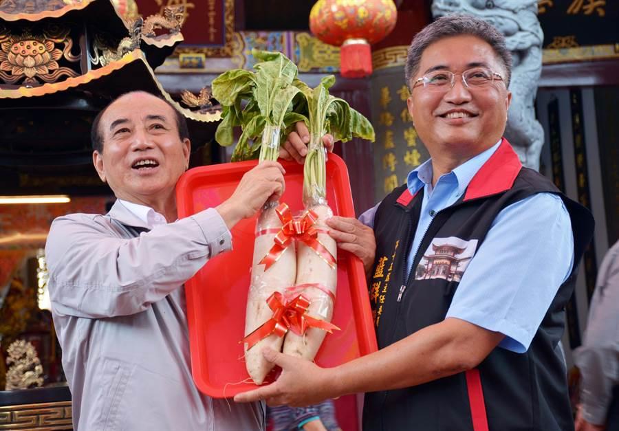 前立法院長王金平(左)參加六堆客家鄉親金平之友會成立,支持者送上菜頭象徵好彩頭。(林和生攝)