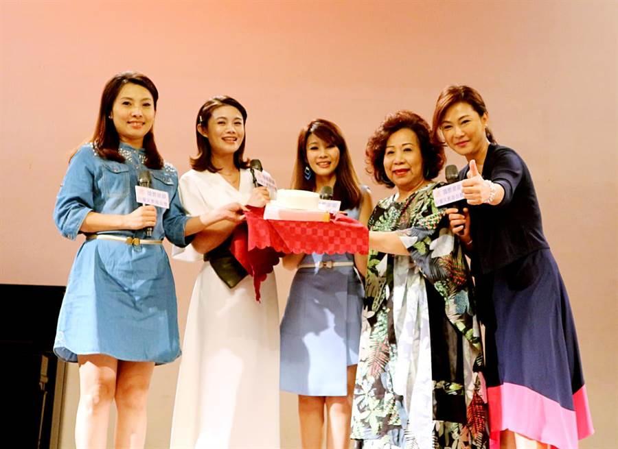 歌手董育君、朱海君送蛋糕感謝「單親之母」黃越綏老師。右為歌手唐儷、張月麗。圖片提供:國際單親兒童文教基金會