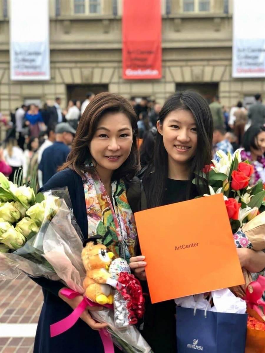 張月麗(左)赴美參加女兒Mindy(右)大學畢業典業,開心又感動女兒走出台灣學測低潮。圖片提供:張月麗