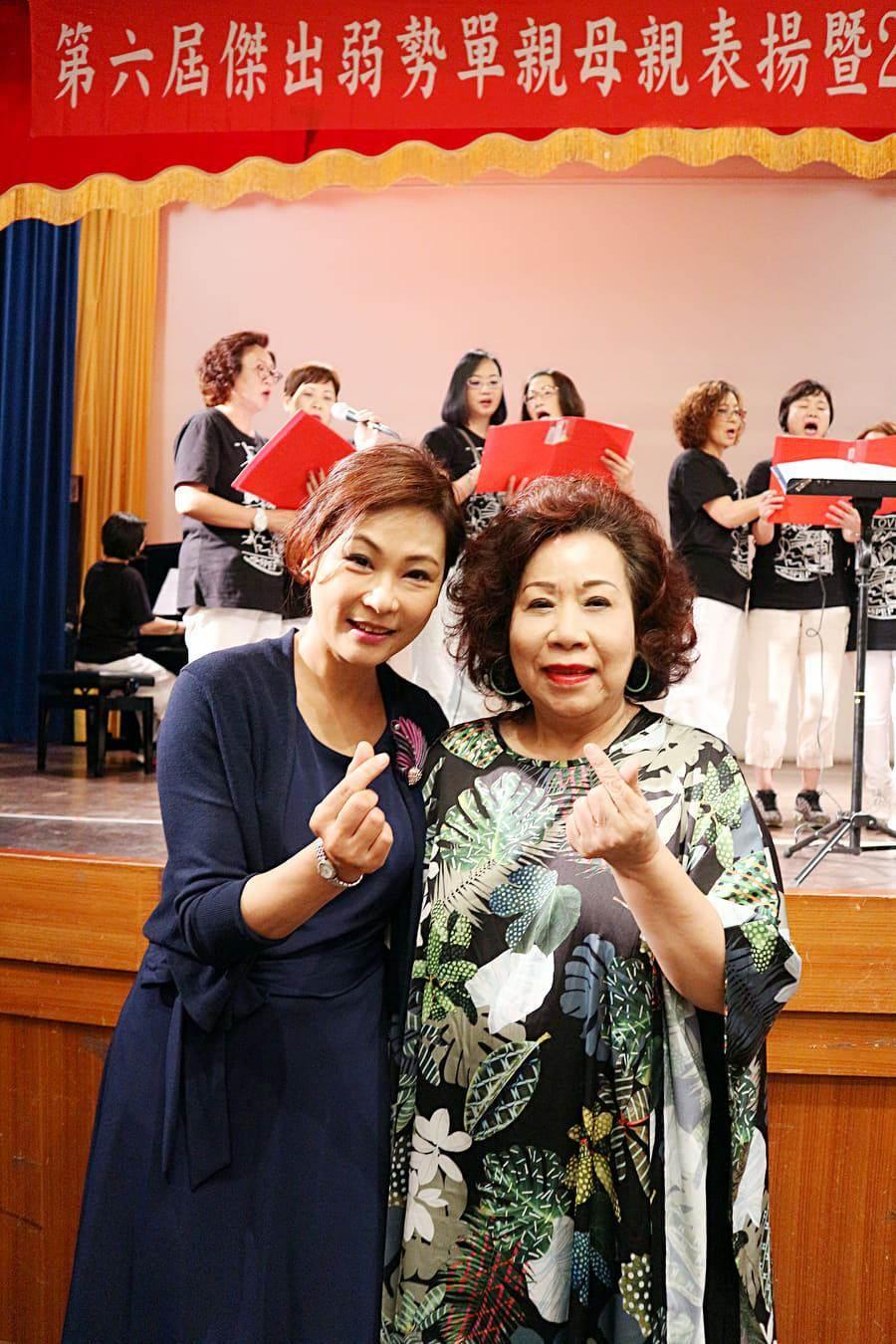 張月麗(左)義務主持「傑出弱勢單親母親表揚活動」。右為黃越綏老師。圖片提供:國際單親兒童文教基金會