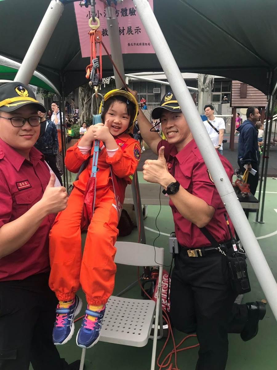 消防局「小小消防體驗營,搜救器材展示」攤位,讓小朋友能親自體驗。(林郁平翻攝)