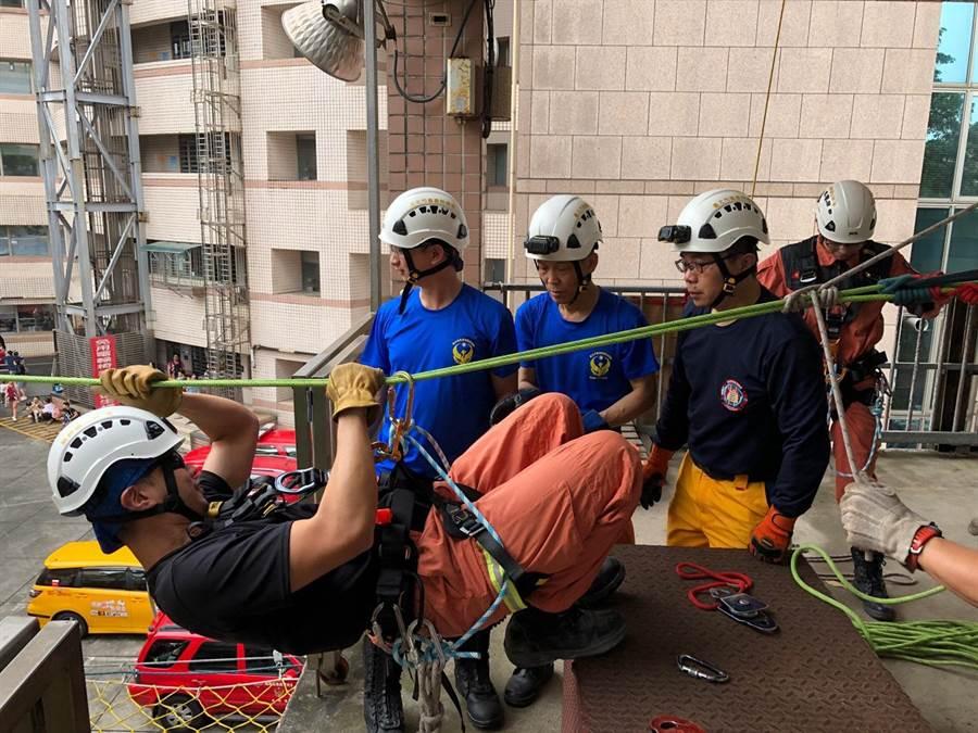 北市消防局舉辦義勇特種搜救隊搜救基礎訓練,挑選25名隊員受訓。(林郁平翻攝)