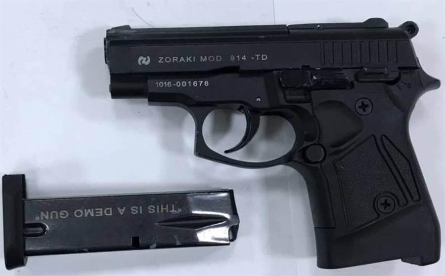 警方盤查違停車輛,查獲1把改造手槍。(程炳璋翻攝)