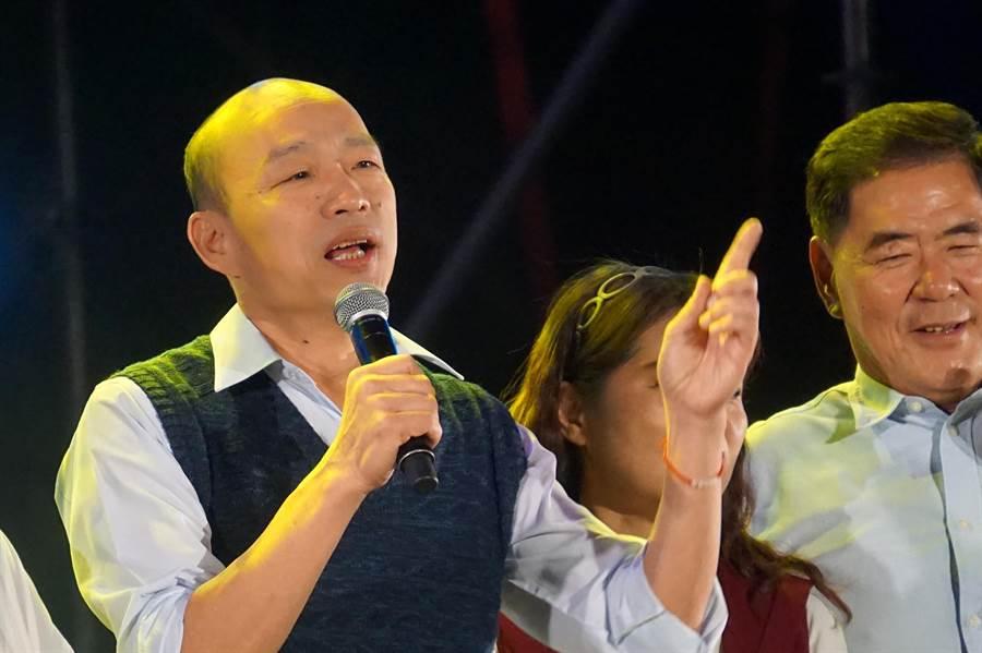 高雄市長韓國瑜今晚到春吶獻唱蔡琴經典歌曲《讀你》。(柯宗緯攝)