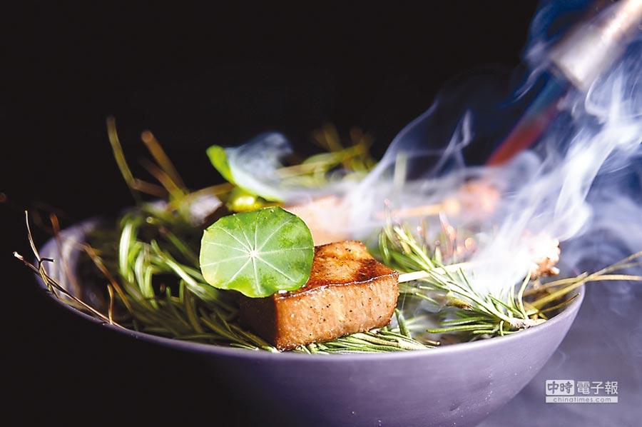 厚切的牛舌根是先鹽漬、再炭烤,最後再在客人面前煙燻,味道層次豐富。圖/姚舜