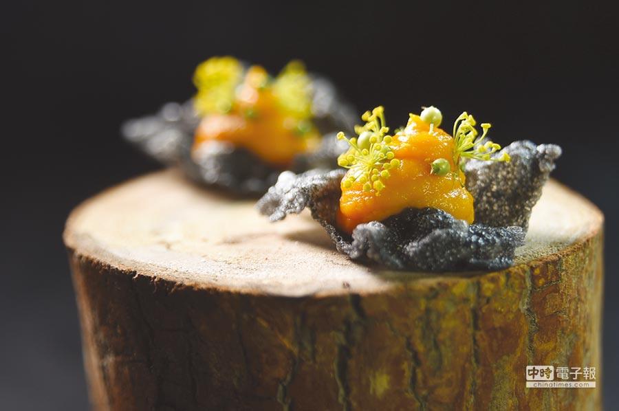 此開胃小食是在竹炭米餅上放了用蜂蜜與橙汁提味的紅蘿蔔泥,最後再用少見的茴香花增加口感與「色相」。圖/姚舜