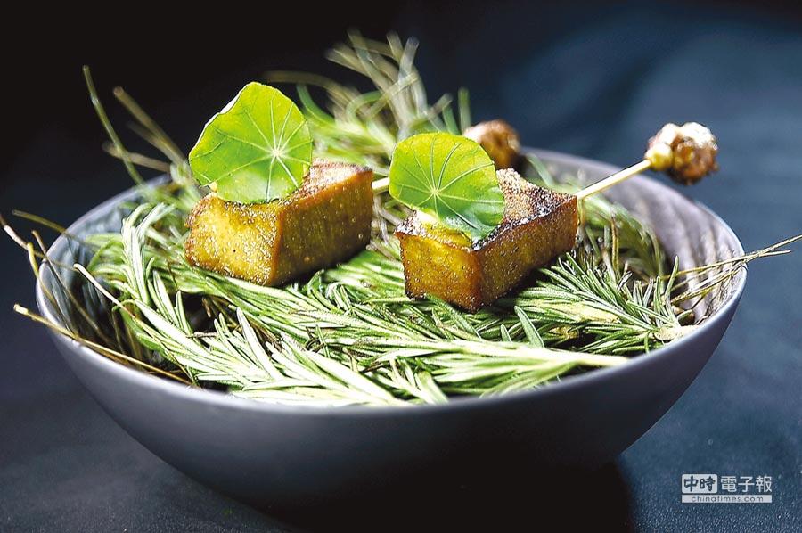 用竹籤串起的〈炭烤牛舌〉,以金線蓮葉搭配裝飾,呈盤搶眼吸睛。圖/姚舜