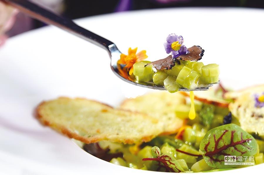 遠東〈馬可波羅〉新廚法比歐烹製的〈油封蛋黃佐蘆筍松露帕瑪森乳酪〉,形色味與口感皆很迷人。圖/姚舜。