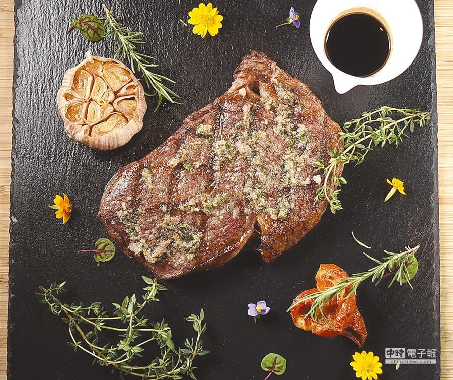 遠東〈馬可波羅〉主廚法比歐烤製的〈肋眼牛排〉,除美國和牛先醃漬調味,送進Josper烤爐燻烤前,表面並塗了用巴西里、迷迭香等香料,風味與美式牛排有別。圖/姚舜