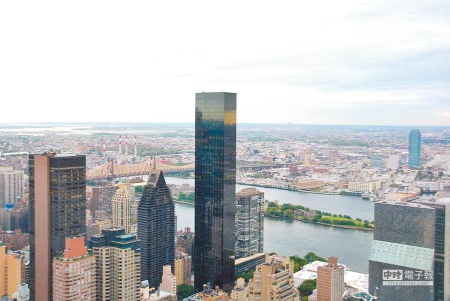 「川普世界大樓」是一棟豪華摩天大樓,緊鄰東河與聯合國總部,由川普集團負責管理。(取材自維基百科網站)