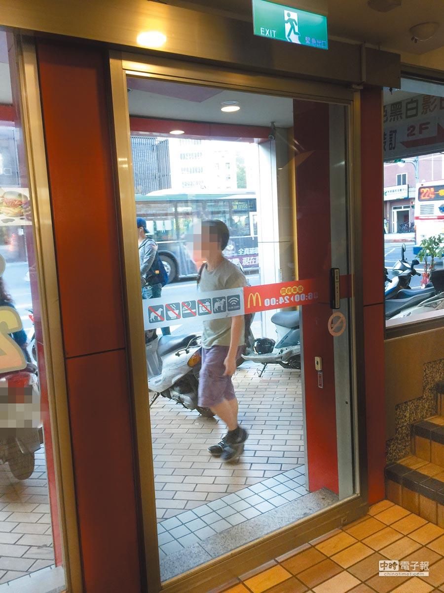 麥當勞石牌店1樓感應門內部採用按鈕開啟,沒有設置紅外線感應,法院認為因此夾傷視障人士須負起賠償責任。(李文正攝)