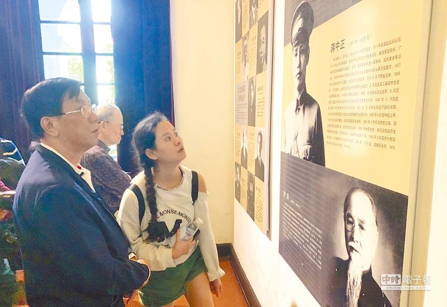 南投縣長林明溱(左)在南京近代史博物館觀看蔣中正的生平介紹。(廖志晃攝)