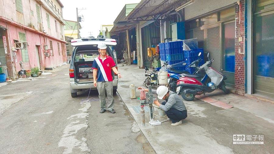 花壇鄉公所3日配合縣府施工查核小組,針對鄉內排水工程,進行水泥厚度鑽心取樣。(吳敏菁攝)