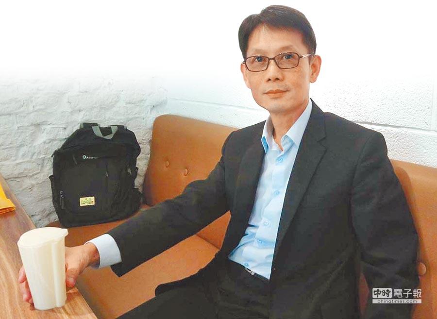義守大學EMBA的研究生劉良成研發出「具吸管功能之容器」。(義守大學提供)