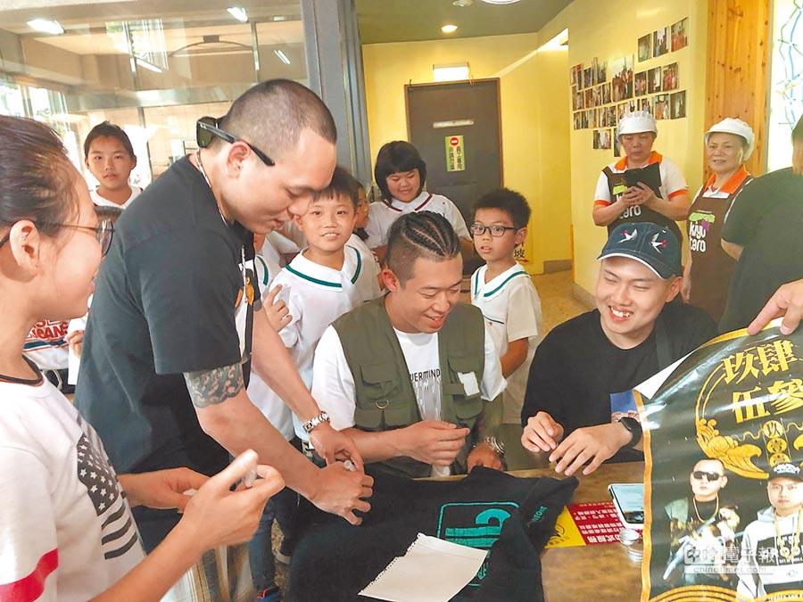 玖壹壹日前直播時遇小粉絲要求簽名。