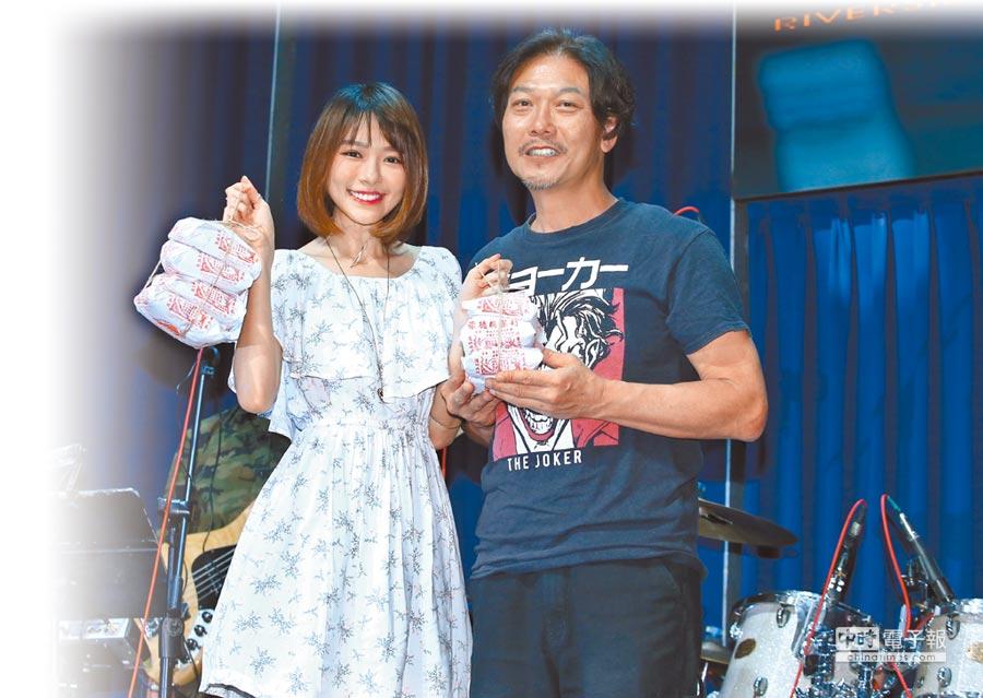 林明禎(左)幫錢小豪站台,還送上護嗓祕寶。(粘耿豪攝)