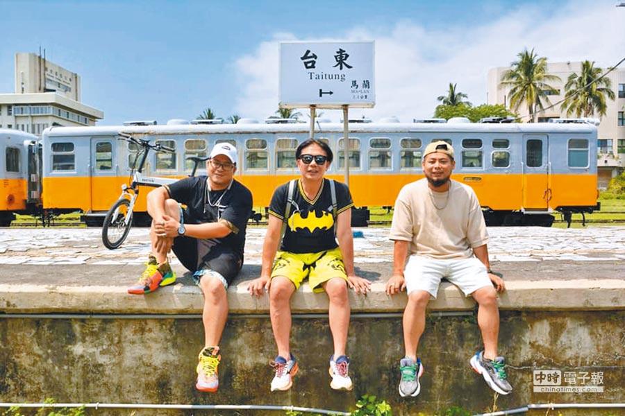 草爺(左起)、錢小豪、游否希3人環台攜手做公益。(取材自臉書)